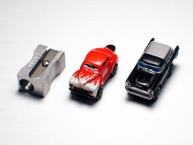 2 Micro Machines comparées à un taille crayon